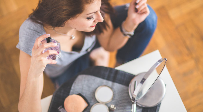 Scaled_mulher_maquiagem_sentada_no_cha_o