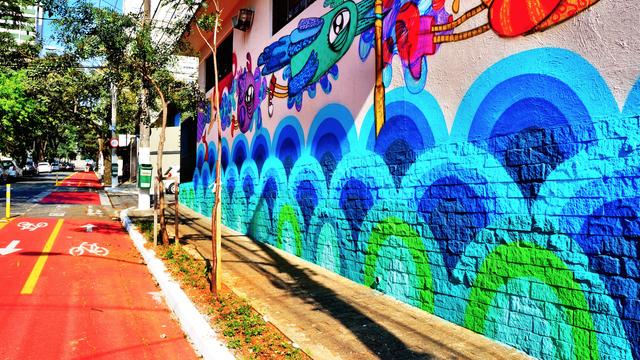 Scaled_mural_criado_pela_artista_rita_fittipaldi._uma_alegria_para_os_nossos_olhos_todos_os_dias_